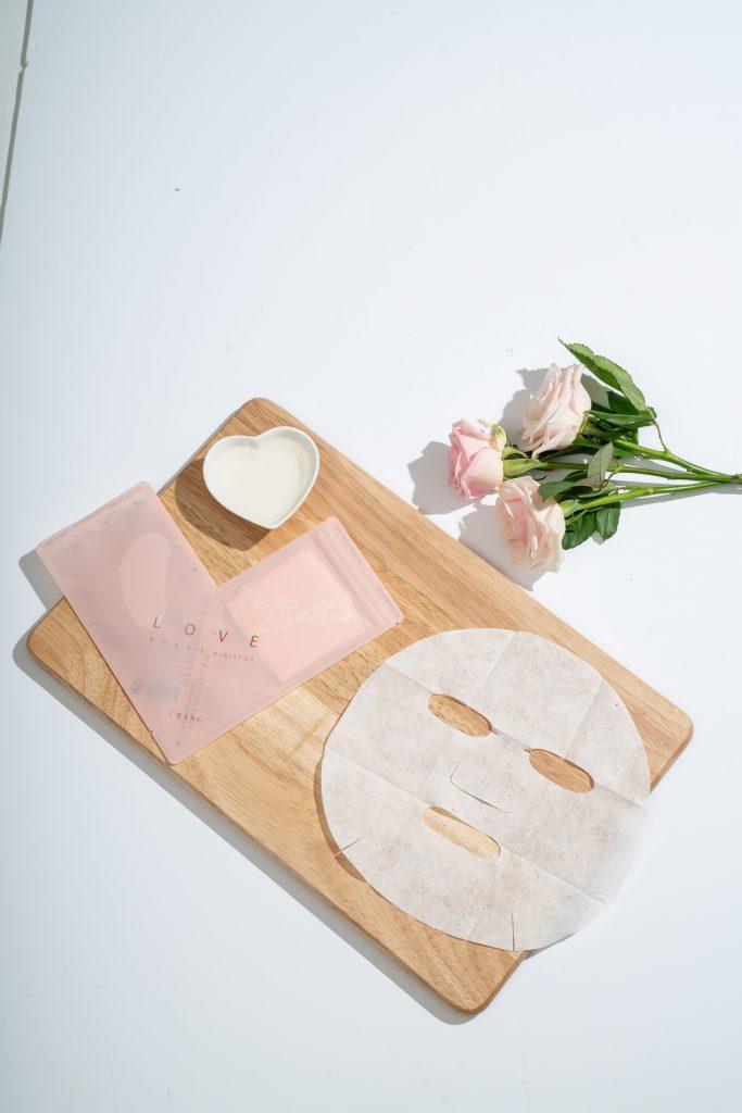 Koreanische Gesichtsmaske auf einem Holzbrett