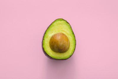 Avocado auf pinkem Hintergrund
